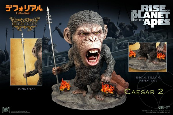 Planet der Affen: Prevolution Defo-Real Series Soft Vinyl Statue Caesar (Spear Version) Deluxe
